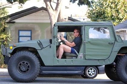 En Los Ángeles, Arnold Schwarzenegger salió a pasear en su Humvee militar mientras fumaba un cigarro. El reconocido actor llegará a la pantalla chica con una serie de televisión sobre espías (Foto: The Grosby Group)