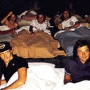 Niki Lauda (izq.) y Riccardo Patrese (der.) en primer plano. Detrás asoman Alain Prost (medio) y Bruno Giacomelli (derecha). Crédito: riccardopatrese.com
