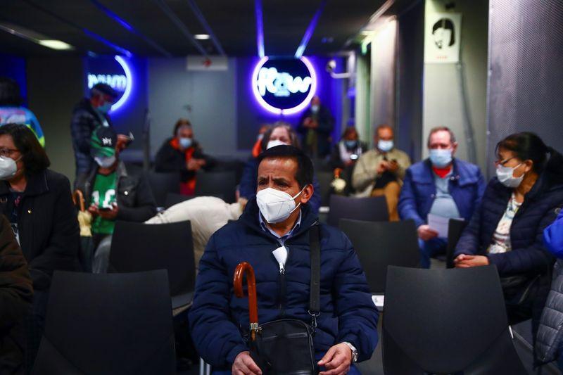 Personas esperan después de recibir la vacuna contra el coronavirus de AstraZeneca en el nuevo centro de vacunación masiva en el estadio deportivo WiZink en Madrid, España, 9 de abril de 2021. REUTERS/Sergio Pérez