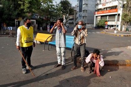 Ciudadanos indios castigados a hacer ejercicios por romper la cuarentena en Ahmedabad (Reuters), India, March 24, 2020. REUTERS/Amit Dave