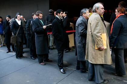 Foto de archivo. Personas hacen fila para entrar a una feria laboral en Nueva York, EEUU. 5 de marzo de 2019. REUTERS/Mike Segar.