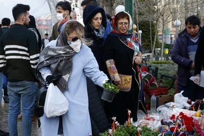 Los mercados continuaron con mucho movimiento en Irán por las celebraciones del año nuevo persa, pese a la pandemia (AFP)