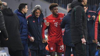 Hans-Wilhelm Müller-Wohlfahrt, médico del Bayern Munich, asistió a Kingsley Coman tras sufrir una espeluznante lesión en el partido ante Tottenham de la Champions League (AFP)