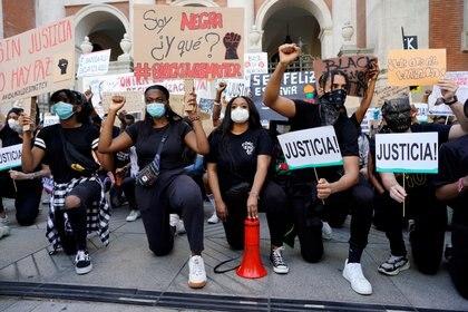 """Los manifestantes, miles según las estimaciones de la policía local, se reunieron a media jornada frente a la embajada de Estados Unidos en Madrid, para condenar la muerte de George Floyd, un afroamericano de 46 años, repitiendo sus últimas palabras """"No puedo respirar"""""""