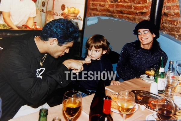 Rodrigo juega con su hijo; los observa Patricia Pacheco