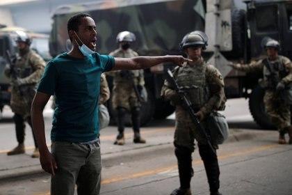 Un hombre confronta con soldados miembros de la Guardia Nacional, desplegados en Minneapolis (REUTERS/Carlos Barria)