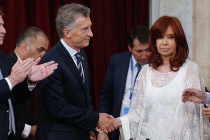 Cristina Kirchner saluda a Mauricio Macri durante el acto de asunción de Alberto Fernández (Foto: EFE)