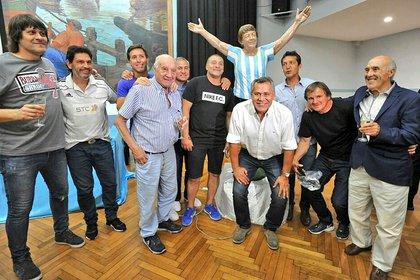Ex jugadores de la Academia con la estatua de Tita en la sede del club en Avellaneda (Foto: Prensa Racing)