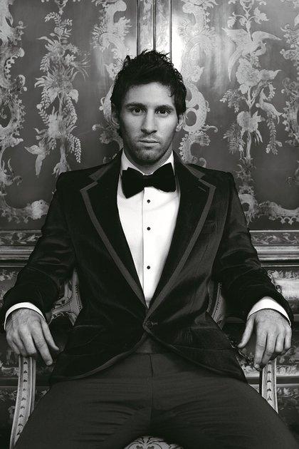 Traje italiano con saco de chiffon envivado con seda negra, camisa blanca con botones forrados en negro y moño