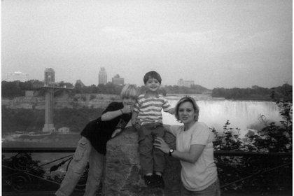 Elena Vavilova (alias Tracey Foley) con sus hijos Tim y Alex -nacidos en Canadá- en las cataratas del Niágara