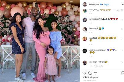 La familia casi completa en una publicación en redes sociales de Kobe. Capri, todavía en la panza de su madre