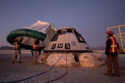 Se coloca una carpa protectora sobre la nave Boeing CST-100 Starliner, que había sido lanzada en un cohete Atlas V de la United Launch Alliance, luego de su descenso en paracaídas tras una prueba de vuelo orbital abreviada para los programas de la tripulación comercial de la NASA en White Sands, Nuevo México, EE.UU. 22 de diciembre, 2019. NASA/Bill Ingalls via REUTERS