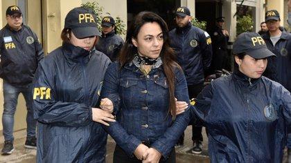 Carolina Pochetti es trasladada por agentes de la Policía Federal (Foto: Adrián Escandar)