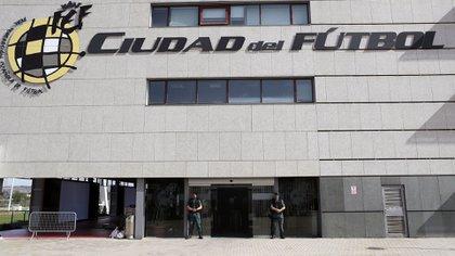 Agentes de la Guardia Civil custodian el acceso principal de la sede de la Federación Española de Fútbol(EFE)