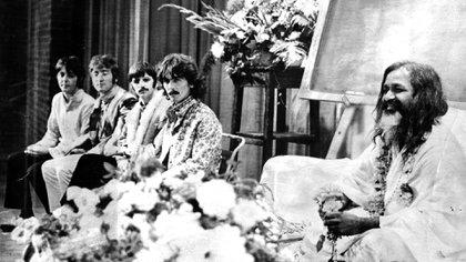 Los Beatles en Bangor, en una de las charlas que dio el guru. George y John fueron dijeron que la Meditación Trascendental les había hecho abandonar el LSD y las demás drogas, que el estado de conciencia que conseguían con esa práctica espiritual era superior al efecto de las drogas (Daily Mail/Shutterstock)
