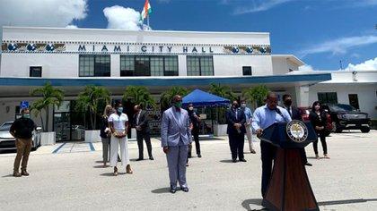 Los alcaldes de siete ciudades de Miami-Dade impusieron la obligatoriedad del uso de mascarillas en todos los espacios públicos