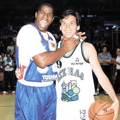 Dos bases, dos leyendas, puro carisma. De cuando Magic Johnson jugó en Córdoba y charló con Marcelo. Se acordaba del duelo en Portland 92.(Gentileza: Marcelo Figueras)