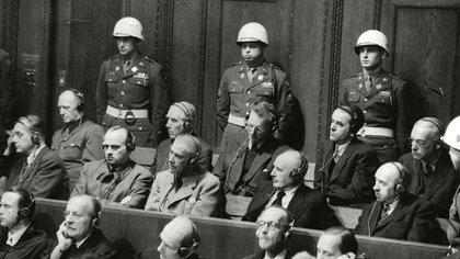 El último día del Juicio de Nuremberg. Cada uno de los acusados tuvo 10 minutos para decir sus últimas palabras. De izquierda a derecha: Alfred Rosenberg (sentenciado a muerte), Hans Frank (sentenciado a muerte), Wilhelm Frick (sentenciado a muerte), Julius Streicher (sentenciado a muerte) y Walther Funk (cadena perpetua). Detrás: Alfred Jodl (sentenciado a muerte), Franz von Papen (8 años de trabajos forzados), Arthur Seyss-Inquart (sentenciado a muerte), Albert Speer ( 20 años de prisión) y Konstantin von Neurath (15 años de prisión) - Shutterstock