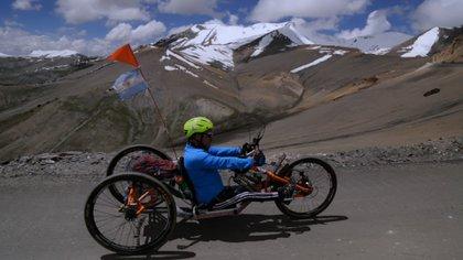 Jean Maggi en camino a Khardungla, el punto más alto del Himalaya al que se puede acceder en bicicleta, a unos 5.600msnm (Foto: gentileza Jean Maggi)
