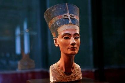 El busto de la reina Nefertiti se muestra en la sala de exposiciones cerrada sin visitantes del Museo Egipcio y la Colección de Papiros, en medio de la pandemia de la enfermedad del coronavirus (COVID-19) durante el encierro, en Berlín, Alemania, el 1 de marzo de 2021. Marzo 1, 2021 Foto: (REUTERS/Fabrizio Bensch)