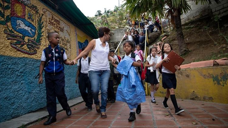 Muchas escuelas se quedan sin maestros y los padres tiene que remplazarlos (Lihue Althabe/archivo)