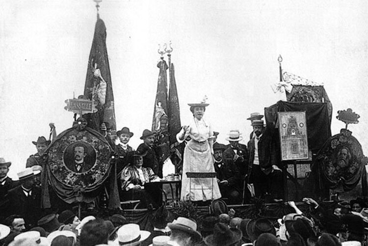 Rosa Luxemburgo en un mitín de la socialdemocracia alemana