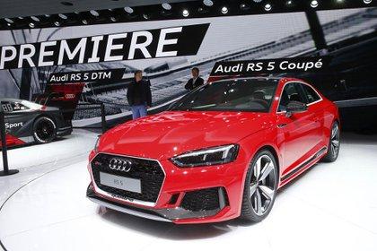 Audi aprovechó el Salón de Ginebra para presentar la nueva generación de su Coupé RS 5. Su motor V6 reemplaza al V8 de la versión última pero conserva la misma potencia de 450 caballos y la referencia estilística de la prestigiosa compañía alemana (REUTERS)