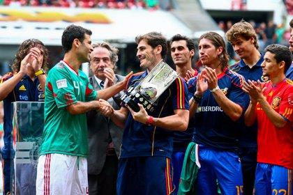 Rafael Márquez le entregó un reconocimiento a Iker Casillas, por ganar la Copa del Mundo de Sudáfrica 2010 (Foto: Isaac Esquivel/ Cuartoscuro)