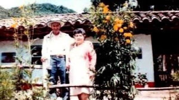 Los padres de Pablo Escobar, Abel Escobar y Hermilda Gaviria, en su finca ubicada en La Ceja, departamento de Antioquia.