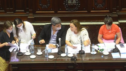 Cecilia Moreau y Pablo Yedlin en el centro, a ambos lados Mónica Macha y Carolina Gaillard Foto: Raul Ferrari/amb