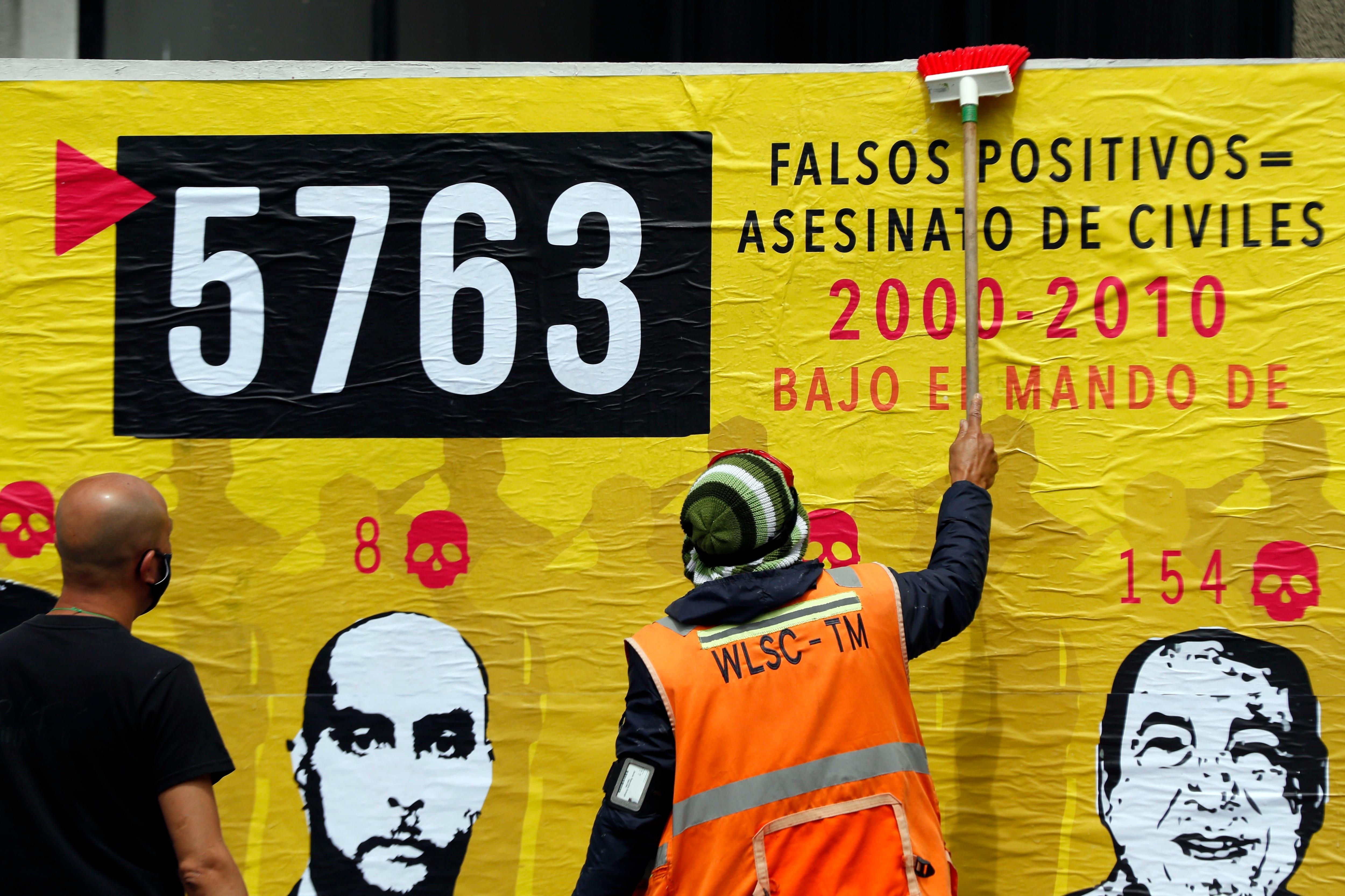 Personas participan en la elaboración de un mural sobre los falsos positivos, en Bogotá (Colombia). EFE/ Carlos Ortega/Archivo
