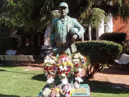 La estatua de Griguol en la sede de Ferro reunió a los fanáticos para una última despedida
