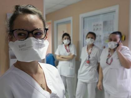 Foto del jueves de un grupo de enfermeras usando máscaras FFP2 en un hospital pediátrico en Niza.  Mar 5, 2020. REUTERS/Eric Gaillard