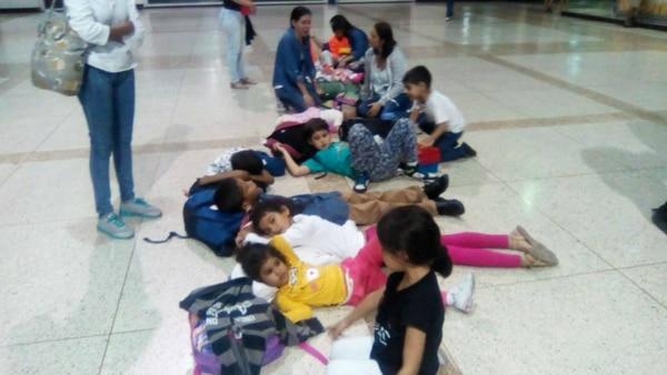 Los niños en el aeropuerto de Perú. (Cortesía Isabel Pérez)