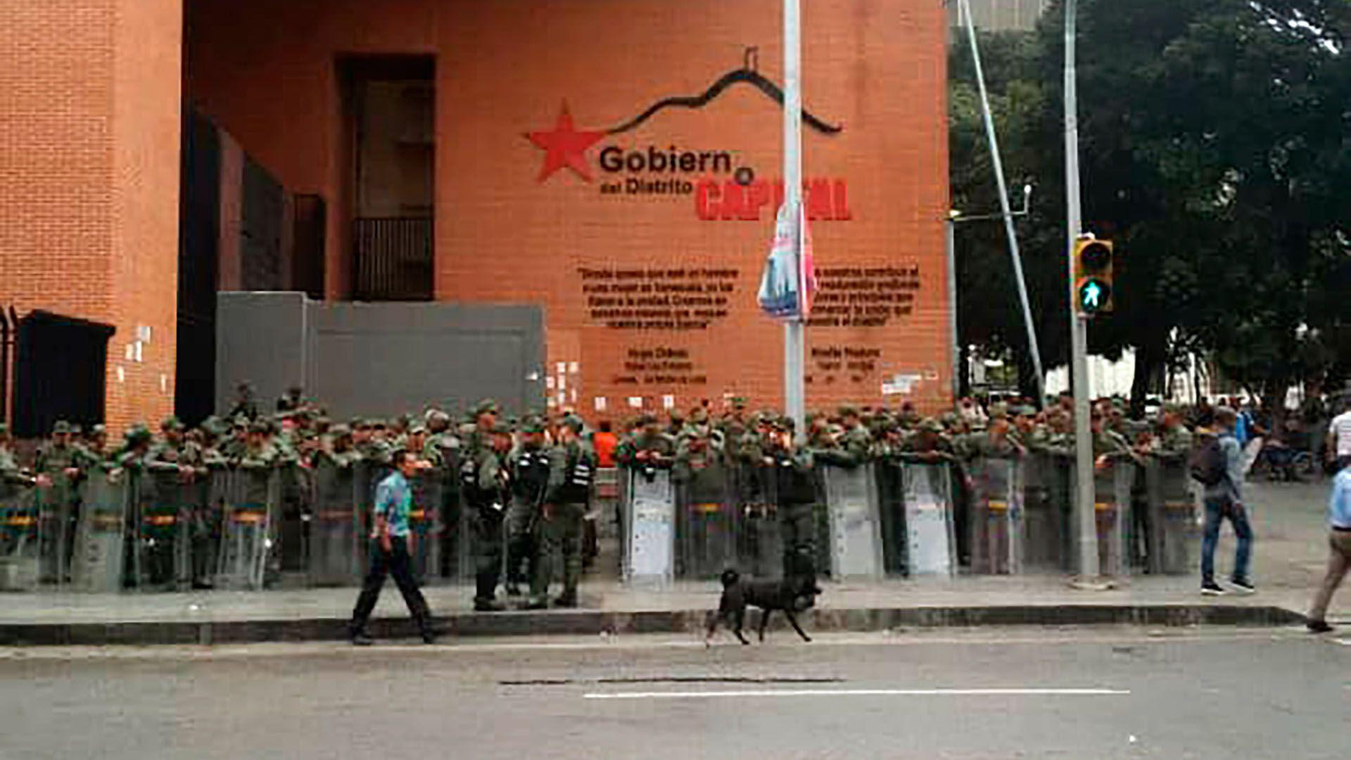Hay fuerte presencia de la Guardia Nacional Bolivariana en los alrededores de la Asamblea Nacional (@AsambleaVE)