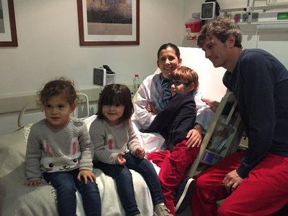 Todavía internada, después del trasplante, con su marido y sus tres hijos