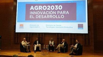 El impacto ambiental fue un tema muy analizado a lo largo de la jornada. De izquierda a derecha: Roberto Bisang, Santiago del Solar, María Beatriz Giraudo y Fernando Andrade.
