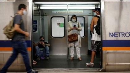 Pasajeros con mascarillas viajan en el metro de Brasilia. Julio 8, 2020. REUTERS/Adriano Machado