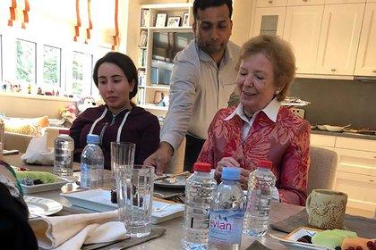 (PHOTO DE DOSSIER) La princesse Latifa déjeune avec Mary Robinson, ancienne présidente d'Irlande (Photo par STRINGER / WAM / AFP)