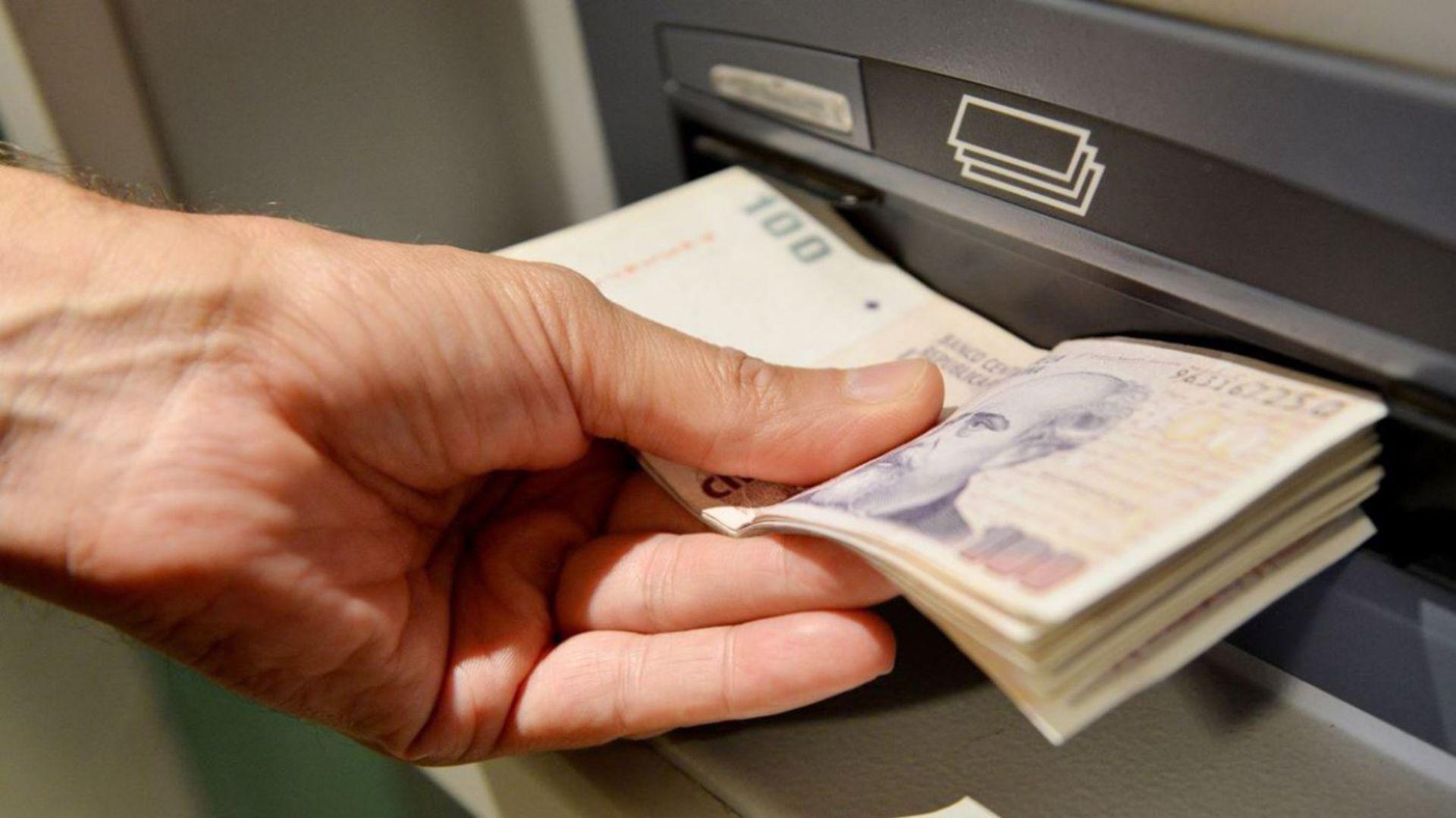 El Gobierno y los bancos garantizaron el abastecimiento de efectivo en la red de cajeros