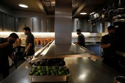 Algunas empresas buscaron adaptar medidas para continuar laborando en los últimos dos meses (Foto: Reuters/Carlos Jasso)