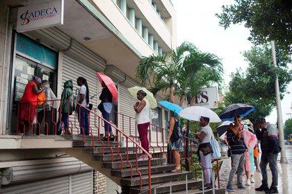 Una grupo de personas espera en fila para entrar a cambiar dinero en La Habana, Cuba, en 2019. Foto: REUTERS/Alexandre Meneghini