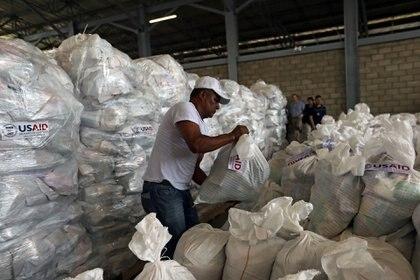 El cargamento llegó a la ciudad fronteriza de Cúcuta, en Colombia, donde los voluntarios lo están empaquetando en preparación a los intentos para llevarlo al otro lado de la frontera