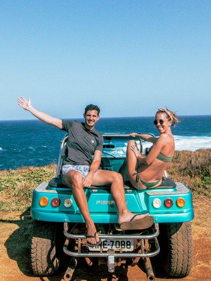 Los travel blogger Fede y Sol a bordo de su buggy en Fernando de Noronha (@argentinayelmundo)