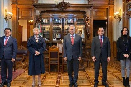 Diana Álvarez Maur, Olga Sánchez Cordero, Andrés Manuel López Obrador,  Rabindranath Salazar Solorio y  Arturo Herrera (Foto: Twitter@paobarquet)