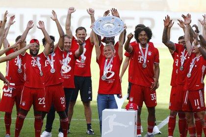 Krüger levanta el trofeo en la última Bundesliga ganada por la selección alemana (REUTERS)