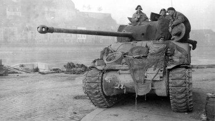 """Un tanque M4 Sherman """"Firefly"""" en el ejército británico durante la Batalla de las Ardenas, a finale sde 1944 (Wikipedia/U.S. ARMY CENTER OF MILITARY HISTORY)"""