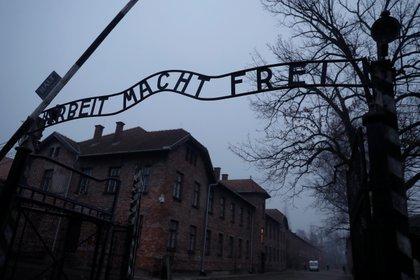 Puerta de entrada del campo de concentración y exterminio de Auschwitz-Birkenau