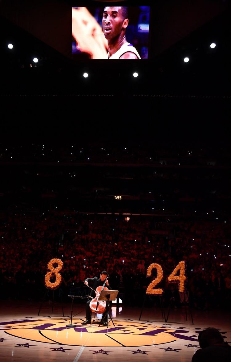 El violonchelista Beng Hong interpretó la canción Hallelujah junto a un video tributo a Kobe Bryant en los Lakers (USA TODAY Sports)