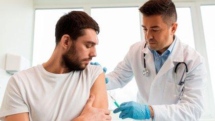 El 96% de los argentinos cree que es seguro vacunarse mientras que el 13% no pudo hacerlo por problemas en el acceso (Shutterstock)